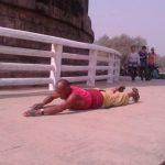 विश्वशांति हेतु बौद्ध भिक्षु करजा तेन्जिग दंडवत प्रणाम कर चार माह में पहुंचे सारनाथ