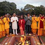 परमार्थ गंगा तट पर गंगा आरती के पश्चात 'पीएम नरेन्द्र मोदी बायोपिक' फिल्म का प्रदर्शन