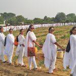 मानव श्रृंखला बनाकर सैकड़ों युवा बहनों ने रोपे पौधे, दिया पर्यावरण बचाने का संदेश