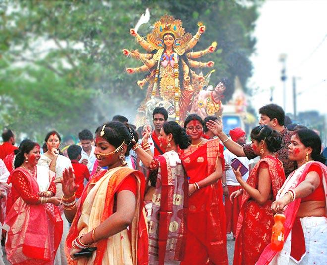 भक्तगण दशहरे में मां दुर्गा की पूजा करते हैं